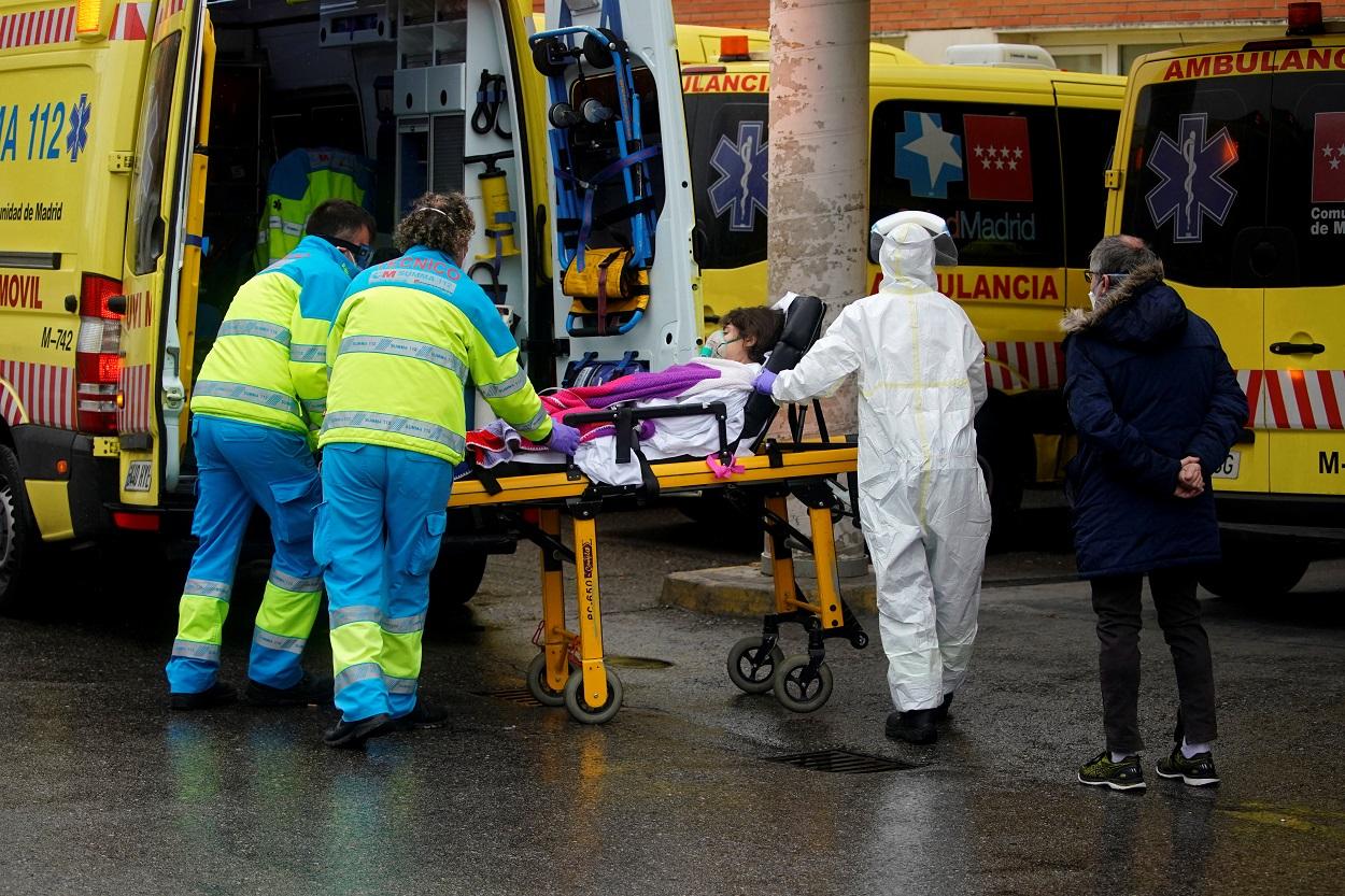 Personal sanitario traslada a un paciente desde una ambulancia en la entrada de emergencias del Hospital 12 de Octubre de Madrid. REUTERS/Juan Medina