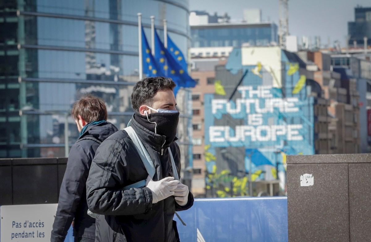 Dos jóvenes en Bruselas. EFE