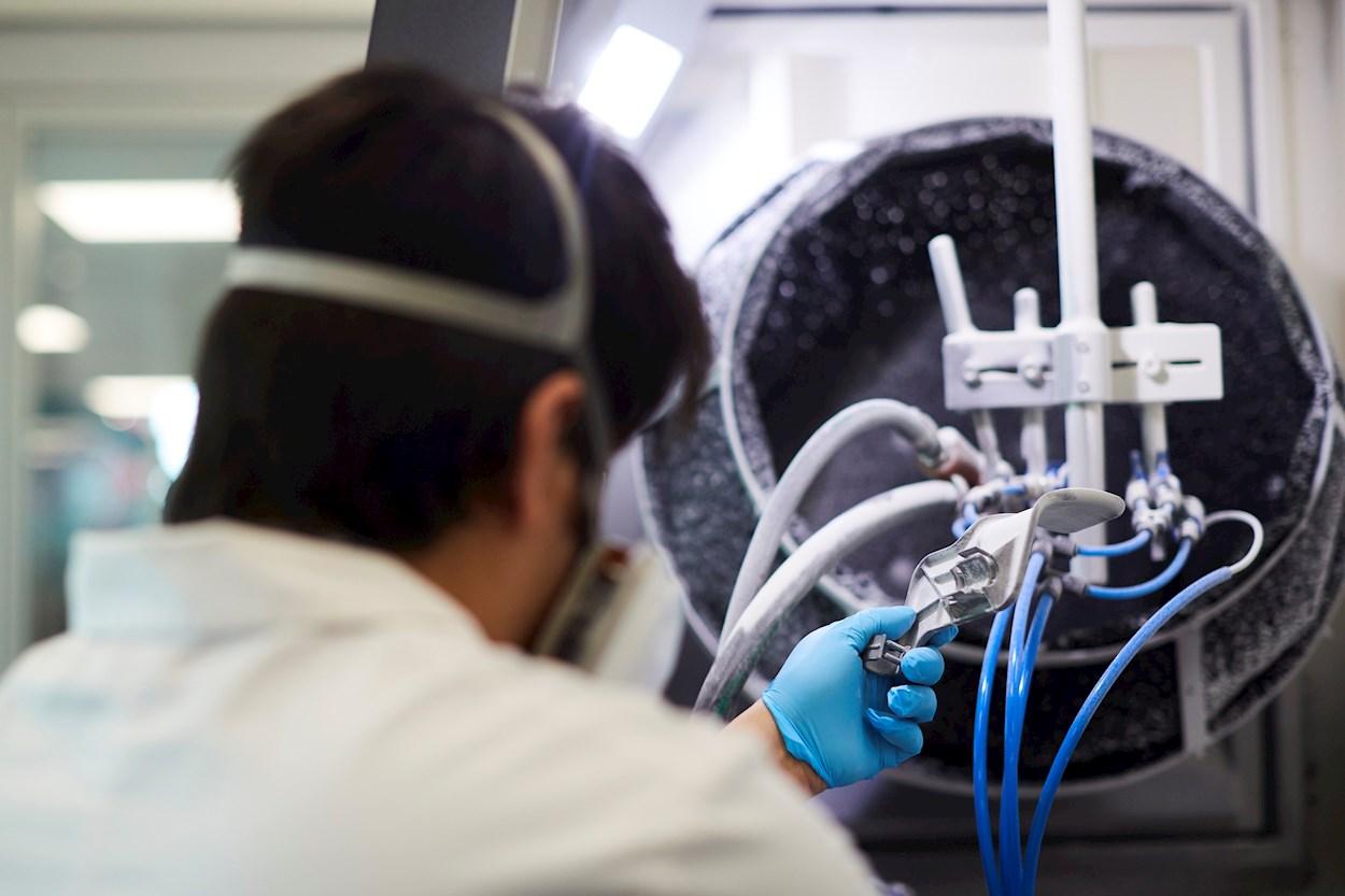 Un técnico trabaja en la fabricación, en impresoras de 3D, de componentes para un respirador. EFE/Alejandro García