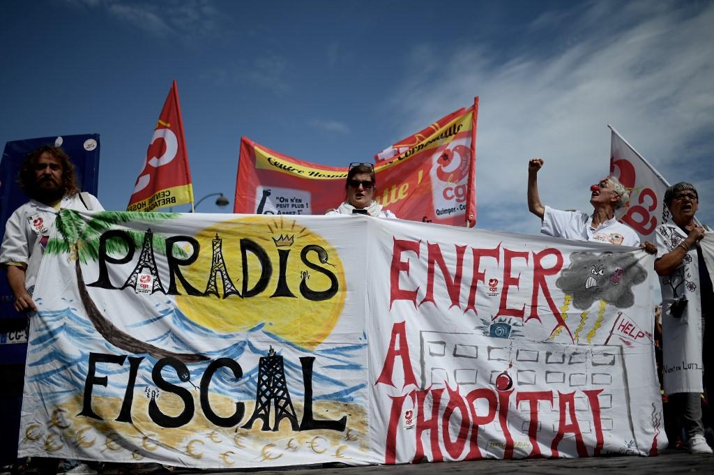 Manifestación en París de personal sanitario, en septiembre de 2019, con una pancarta que denuncia los paráisos fiscales y la escasez de recursos para la sanidad. AFP/Philippe Lopez