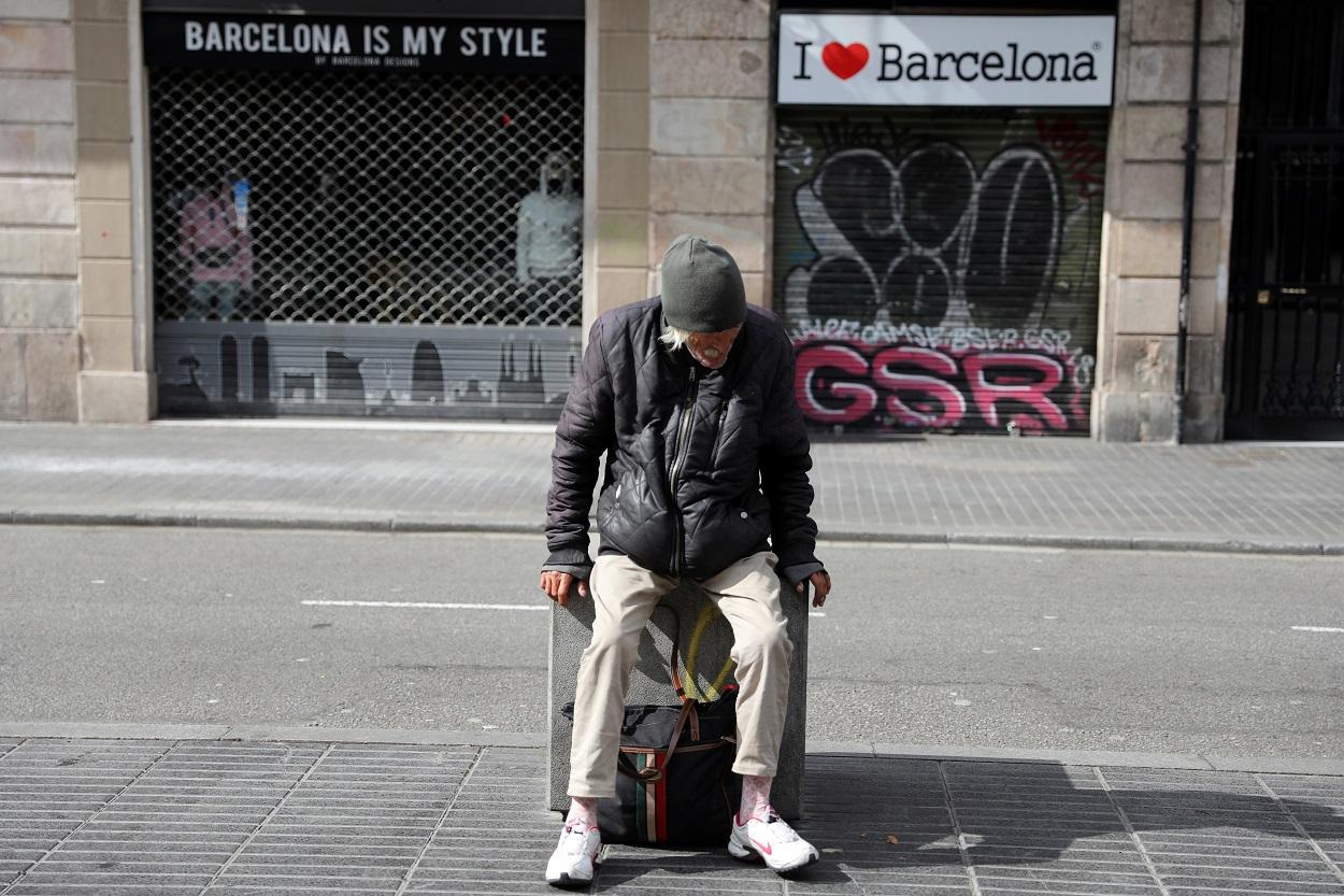 Una persona sin techo, en las Ramblas, en Barcelona. REUTERS/Nacho Doce
