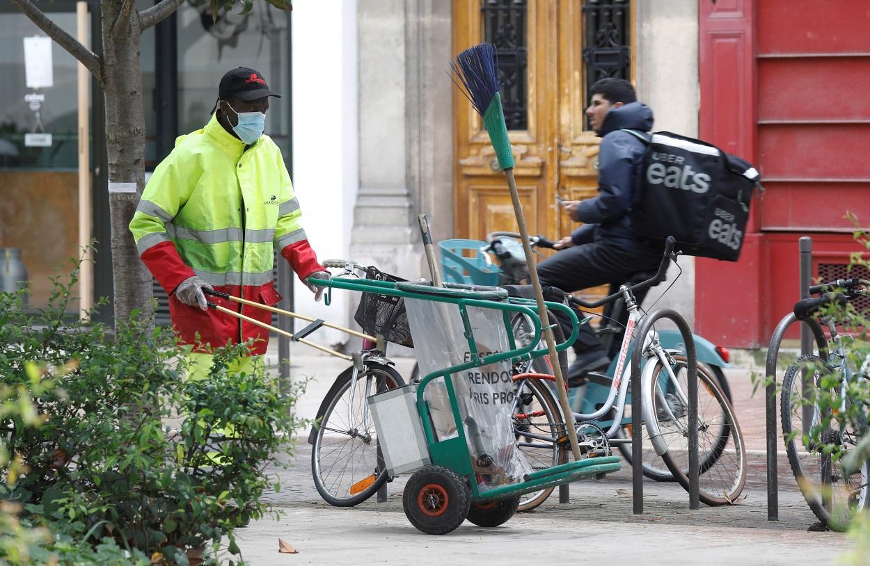 Un trabajador municipal limpia la calle en la localidad francesa de Vincennes, cerca de París. REUTERS/Charles Platiau