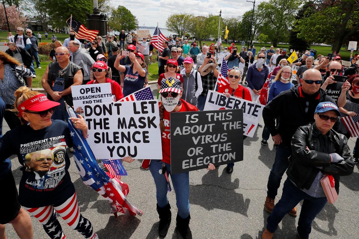 Una concentración en protesta contra las restricciones para hacedr frente al coronavirus acordadas por el gobernador del Estado de Massachusetts, Charlie Baker, frente a su casa en la localidad de Swampscott. REUTERS/Brian Snyder