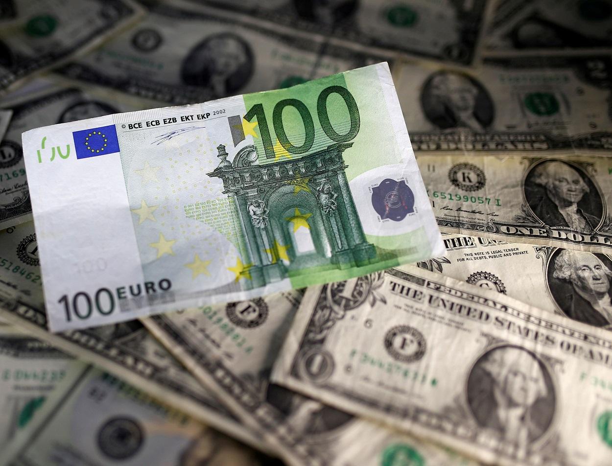 Billetes de euro y de dólar. REUTERS