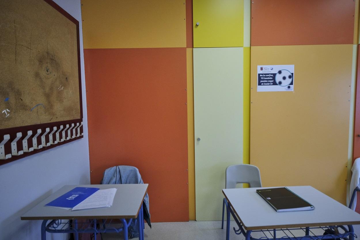 Cuadernos en dos mesas de un aula de bachillerato de un colegio de la Comunidad de Madrid. E.P./Jesús Hellín