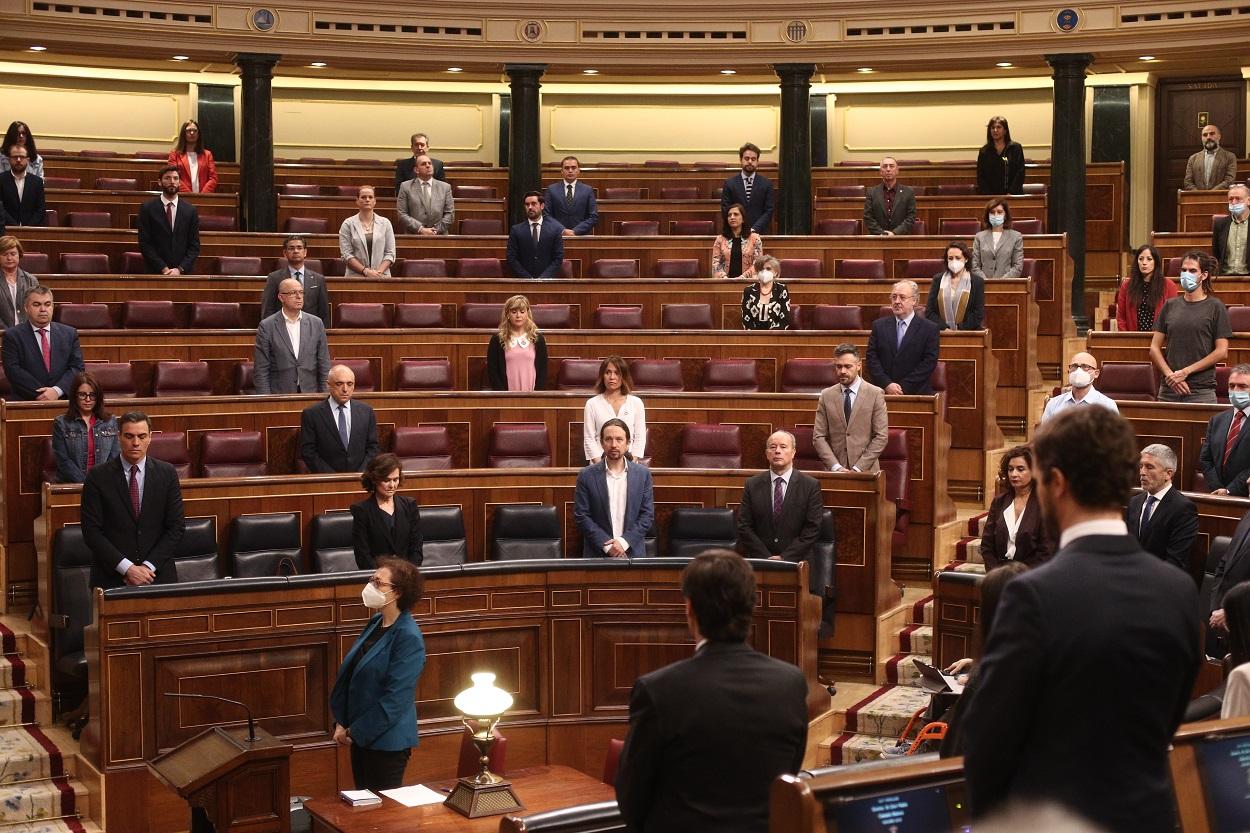 Minuto de silencio en homenaje a las personas fallecidas por la crisis del Covid-19, minutos antes de comenzar la sesión plenaria de control al Gobierno en el Congreso de los Diputados. E.P./E. Parra./Pool