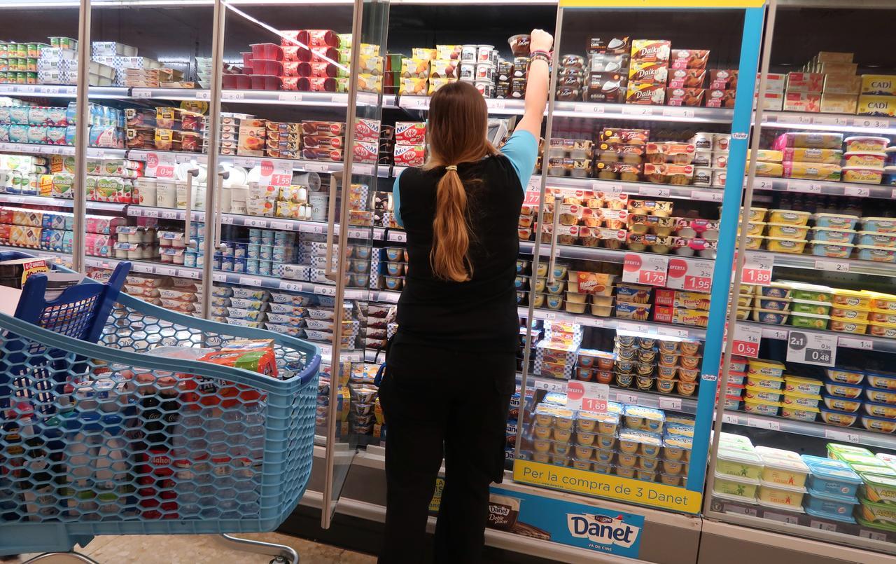 Una empleada de un supermercado repone el genero en el refrigerador de los productos lácteos. REUTERS