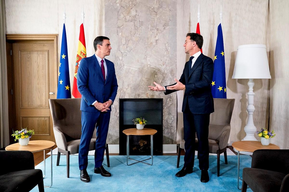 El primer ministro holandés, Mark Rutte y el presidente español, Pedro Sánchez (i). EFE/ Moncloa / Fernando Calvo