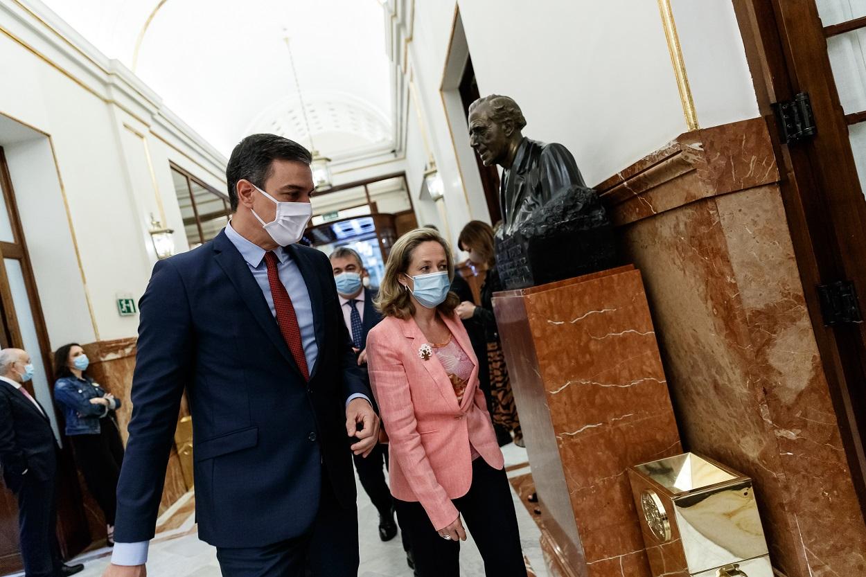 El presidente del Gobierno, Pedro Sánchez, con la vicepresidenta económica, Nadia Calviño, a su llegada al Pleno del Congreso de los Diputados. E.P./Dani Duch/Pool
