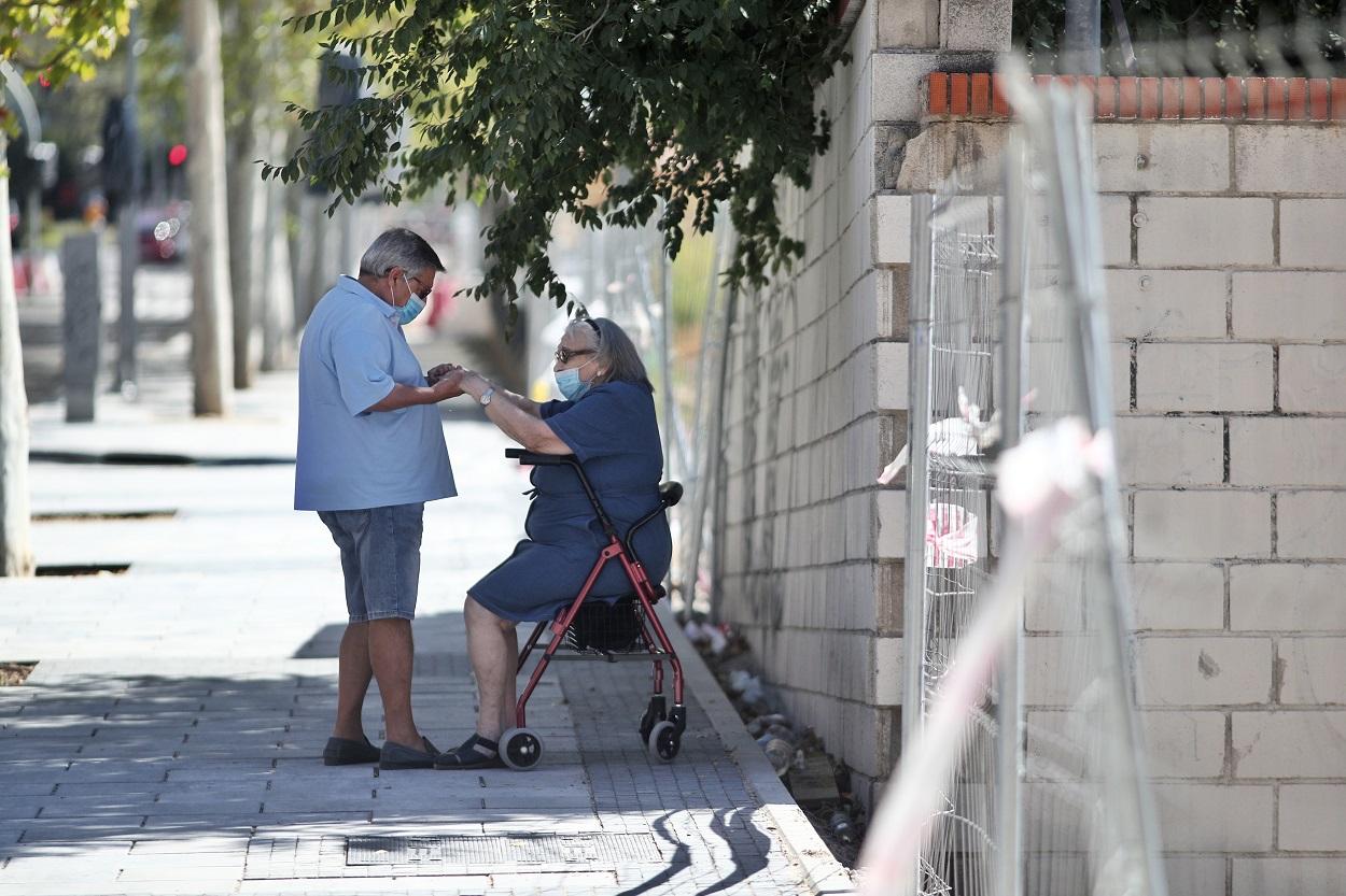 Una pareja de ancianos en Madrid. E.P./