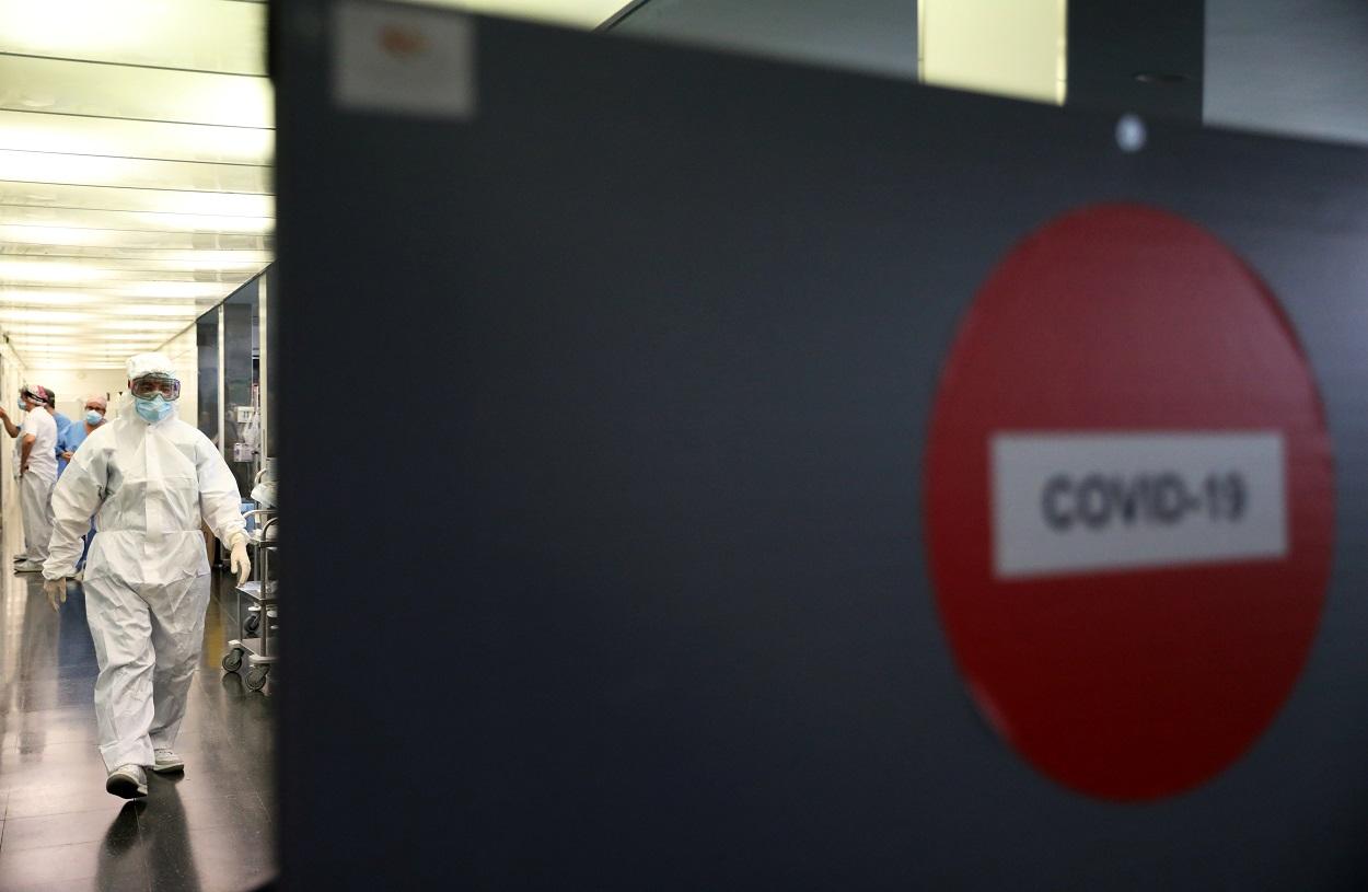 Personal sanitario de la Unidad de Cuidados Intensivos donde se atienden a los enfermos del coronavirus, en el Hospital del Mar, en Barcelona. REUTERS/Nacho Doce