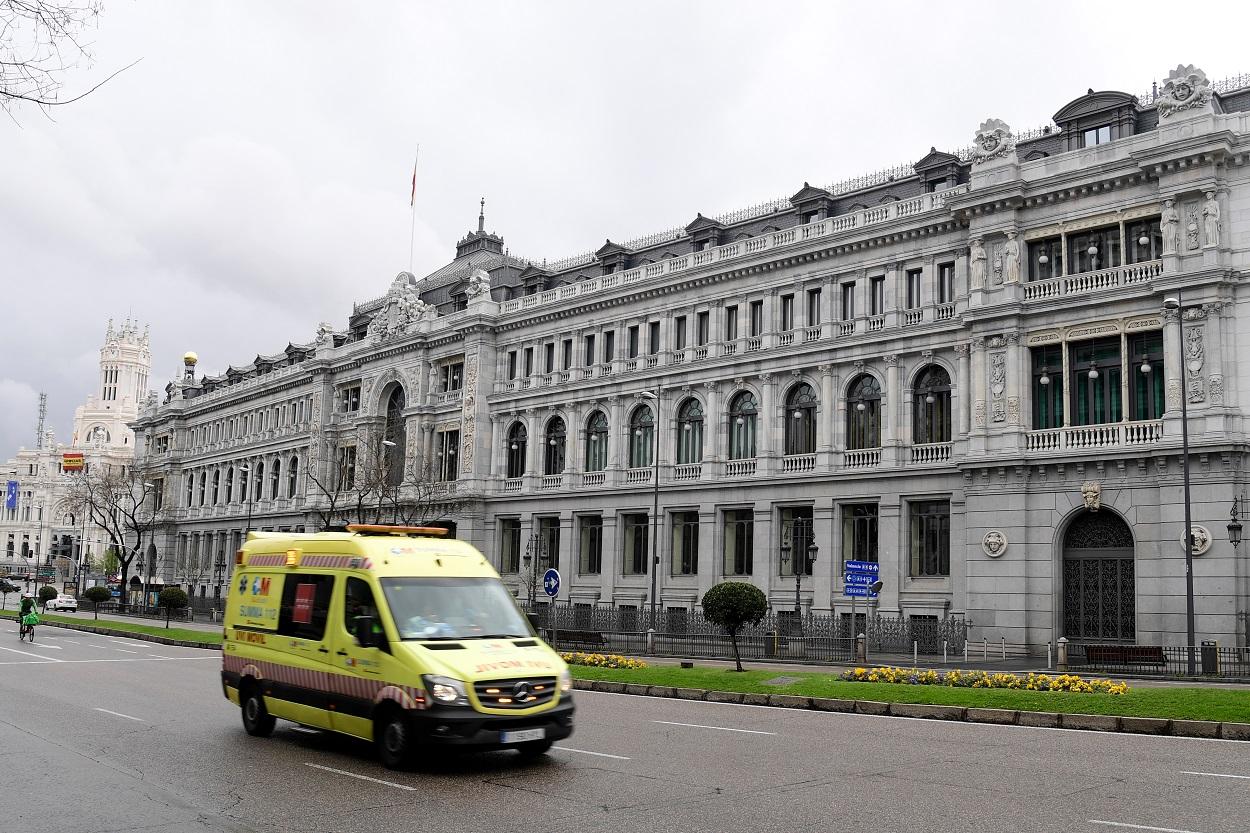 Una ambulancia pasa por delante del edificio del Banco de España, en el centro de Madrid. AFP/JAVIER SORIANO