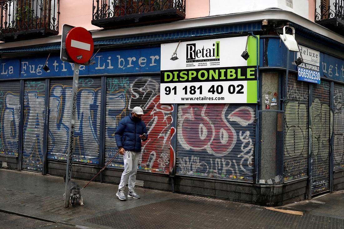 Un hombre pasa por delante de un negocio cerrado, en el centro de Madrid. REUTERS/Susana Vera