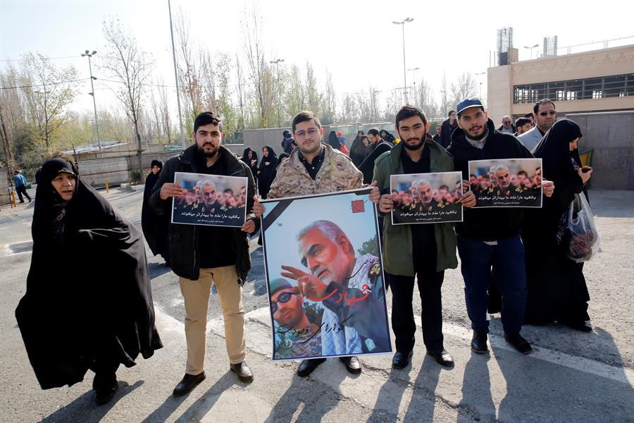 Varios iraníes sostienen fotos del teniente general de la Guardia Revolucionaria de Irán Quds Qasem Soleimani, durante una manifestación anti-estadounidense para condenar el asesinato de Soleimani. EFE / EPA / Abedin Taherkenareh