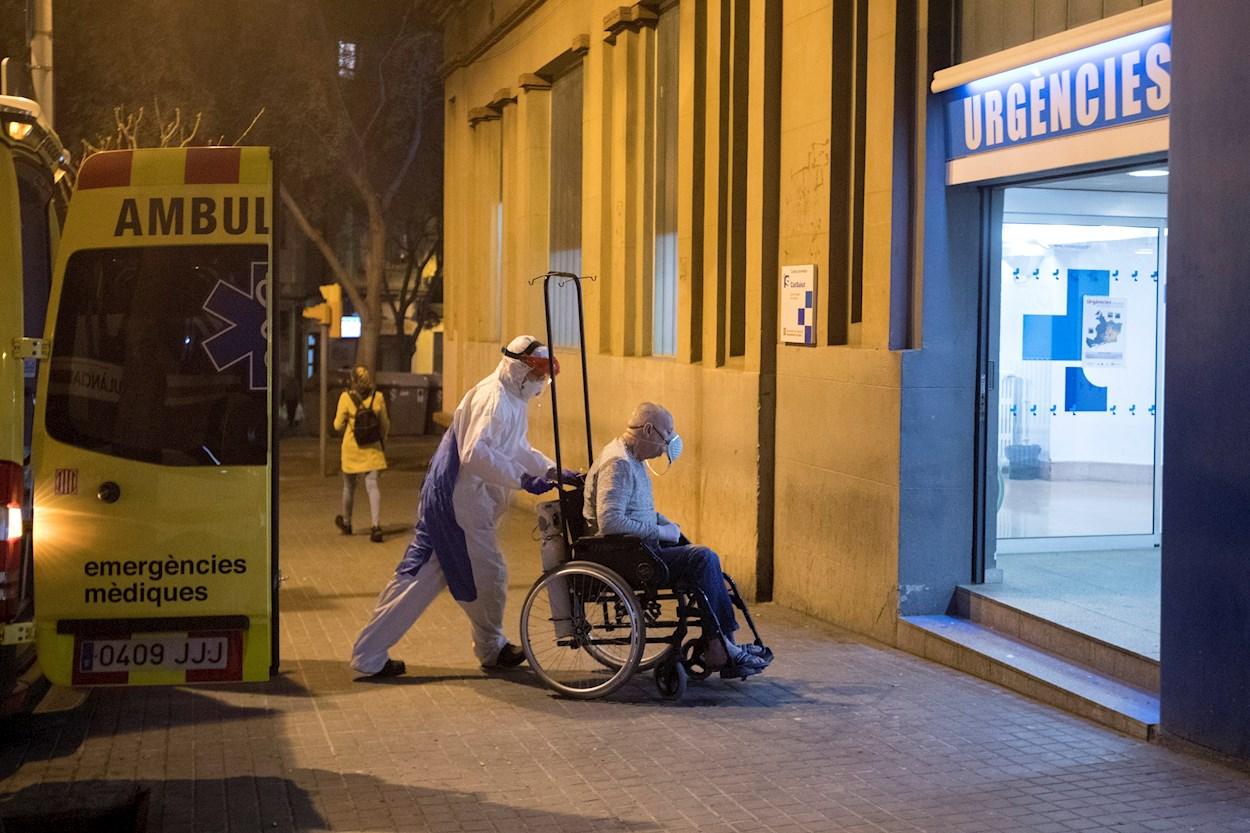 Un sanitario transporta a una persona a las urgencias del Hospital Dos de Maig, en Barcelona. EFE/Marta Pérez