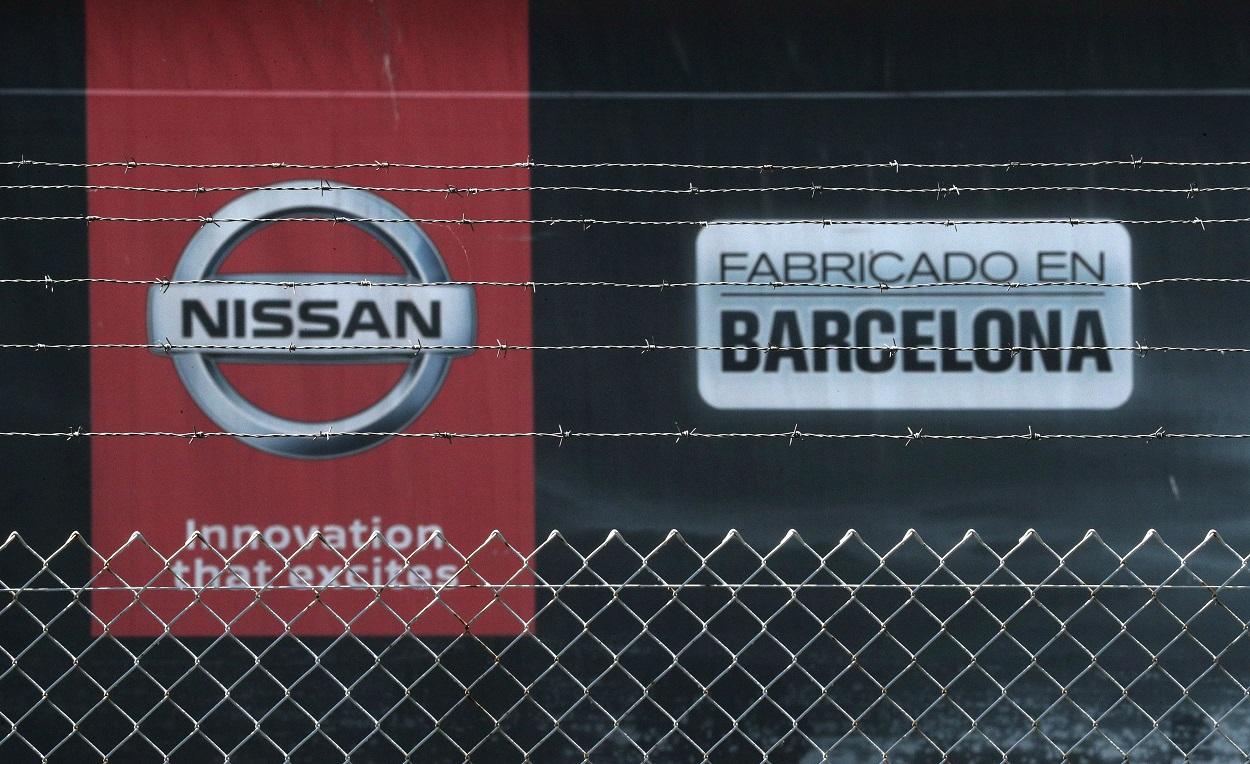 El logo de la automovilistica Nissan en su factoría de la Zona Franca de Barcelona. REUTERS/Albert Gea