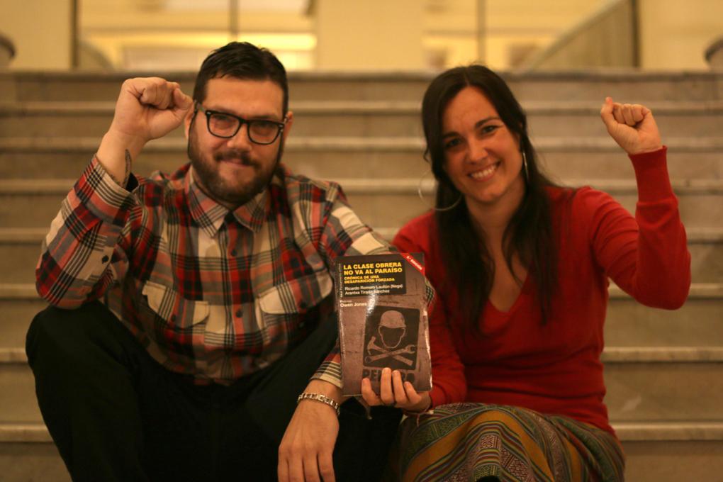 Arantxa Tirado, politóloga, con Nega y el libro que han escrito juntos 'La clase obrera no va al paraíso'. Foto: JAVIER CRUZ