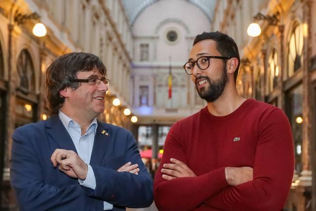 El expresidente catalán Carles Puigdemont y el rapero Valtònyc, en Bruselas, en el estreno de la película 'Miss Dalí' del cineasta Ventura Pons. EFE