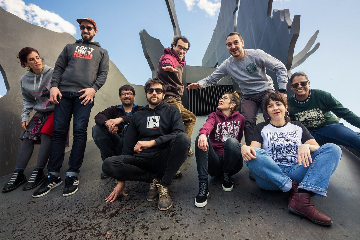 Rodrigo Laviña, segundo por la izquierda, junto a otras socias de La Ciutat Invisible. Foto: Facebook