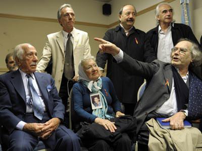 Los querellantes de Argentina, junto a Adolfo Pérez Esquivel.-AFP