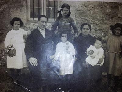 Los abuelos de Natividad con sus hijos e hijas.