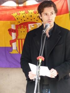 Juan Diego Botto durante el acto en el cementerio del Este./ P. Chavero