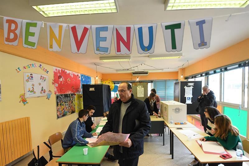 """Un cartel que dice """"Bienvenido"""" en el aula de un colegio electoral en la localidad de Pomigliano d'Arco, cerca de Nápoles. EFE / EPA / CIRO FUSCO"""