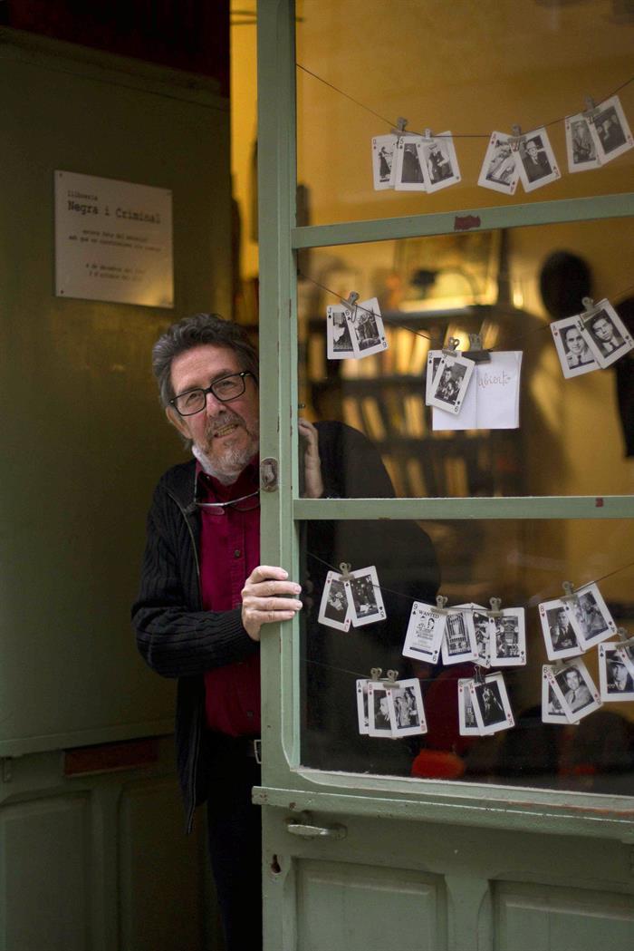 Fotografía de noviembre de 2016, del librero valenciano Paco Camarasa, que impulsó la novela negra en Barcelona con su legendaria librería Negra y Criminal. EFE/Marta Pérez