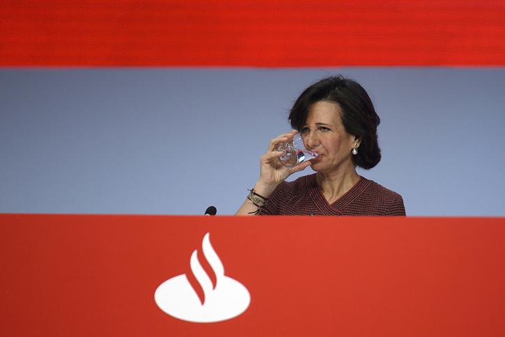 La presidenta del Banco Santander, Ana Botín, durante una junta de accionistas de la entidad. EFE/Pedro Puente Hoyos