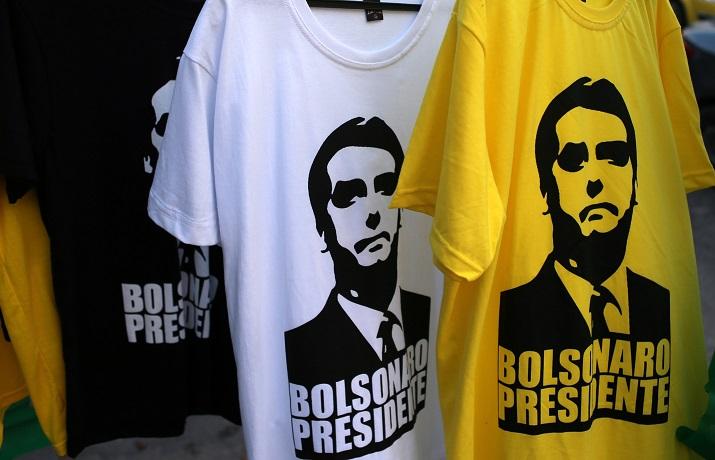 Camisetas con la imagen del candidato de ultraderecha a la presidencia de Brasil Jair Bolsonaro, en un bloque de viviendas en Rio de Janeiro. REUTERS/Sergio Moraes