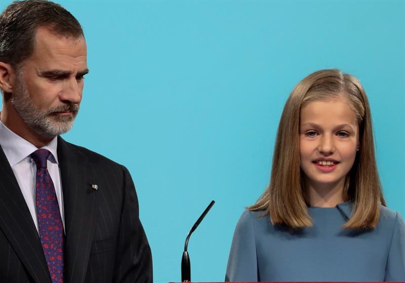 La princesa Leonor, acompañada por su padre, el rey Felipe VI, interviene por primera vez en un acto oficial con la lectura de un extracto de la Constitución. EFE/BALLESTEROS