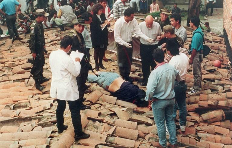 El cuerpo sin vida del líder del cártel de Medellín Pablo Escobar en el tejado del edificio de la ciudad colombiana donde fue abatido por la policía. AFP