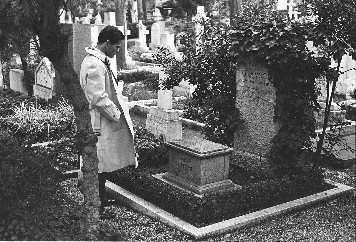 Pier Paolo Pasolini frente a la tumba de Antonio Gramsci.