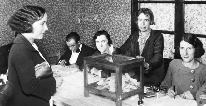 Una mujer vota por primera vez durante las elecciones de 1933