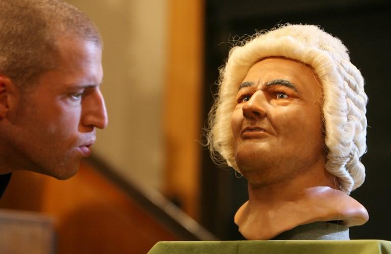 Un hombre mira la reconstrucción de la cara del compositor alemán Johann Sebastian Bach (1685-1750), realizado por los expertos de antropología forense de la universidad de Dundee (Escocia, Reino Unido), en marzo de 2008. AFP/Barbara Sax