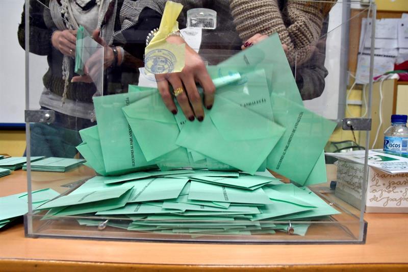 Recogen papeletas de una de las urnas del colegio electoral de Ciavieja, en el municipio almeriense de El Ejido. EFE/Carlos Barba