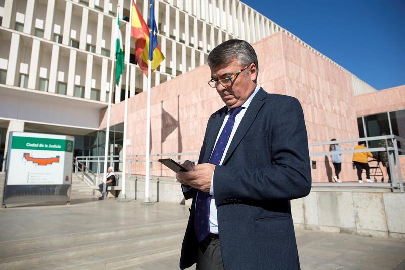 El abogado de cuatro de los acusados en el caso de La Manada, Agustín Martínez Becerra, posa junto a la Ciudad de la Justicia de Málaga. EFE/Daniel Pérez