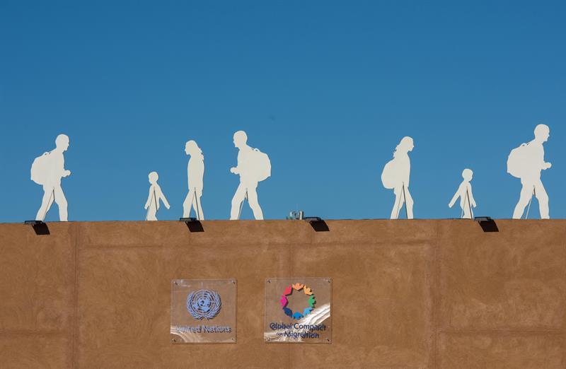 Varias siluetas de personas que representan migrantes se observan junto al lugar de la conferencia intergubernamental de la ONU sobre inmigración organizada en la ciudad marroquí de Marrakech. EFE/ Jalal Morchidi