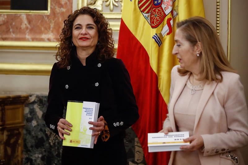 La ministra de Hacienda, María Jesús Montero, en la entrega a la presidenta del Congreso de los Diputados, Ana Pastor, del Proyecto de Presupuestos Generales del Estado para 2019. EFE/Emilio Naranjo