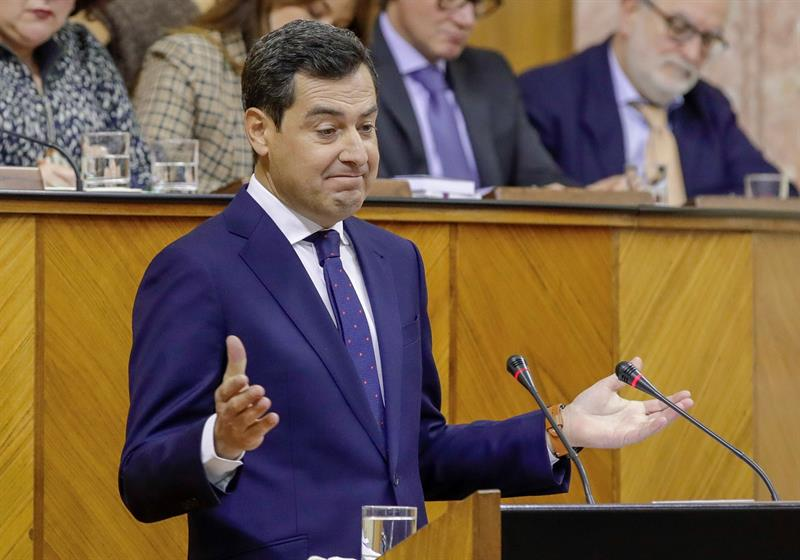 El candidato del PP a presidir la Junta, Juanma Moreno, durante su discurso de investidura en el Parlamento andaluz . EFE/Julio Muñoz