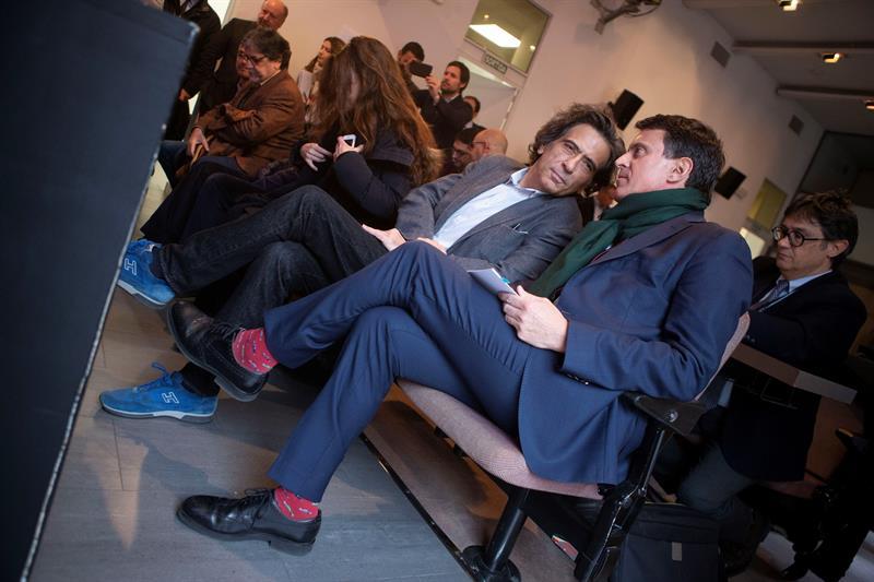 El candidato a la alcaldía de Barcelona Manuel Valls y el periodista Arcadi Espada durante la presentación de la obra de teatro 'Looking for Europe', que protagonizará Albert Boadella dirigido por Bernard Henri Lévy. EFE/Enric Fontcuberta.