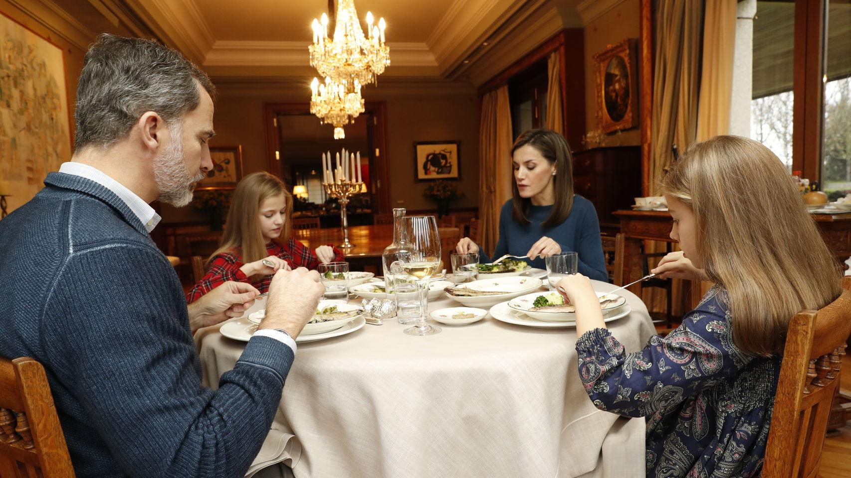 Felipe VI, la reina Letizia y sus dos hijas almuerzan en el Palacio de la Zarzuela. CASA REAL