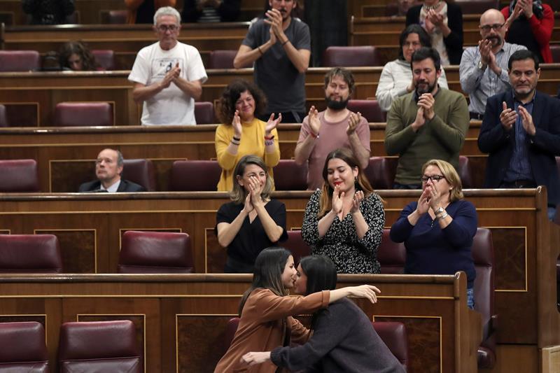 La portavoz de Unidos Podemos en el Congreso, Irene Montero, es aplaudida tras intervenir en el último pleno del Congreso de la legislatura. EFE/Kiko Huesca