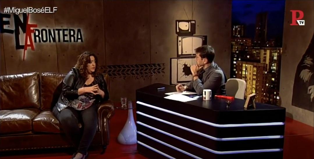 La periodista Patricia López con Juan Carlos Monedero, en el programa 'En la Frontera', de Público TV.