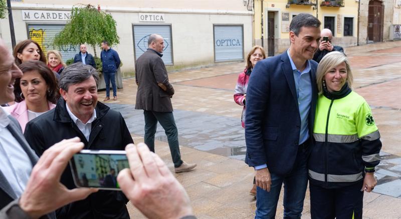 El secretario general del PSOE y presidente del Gobierno, Pedro Sánchez, posa para una foto con una simpatizante durante el recorrido que ha realizado por el centro de Logroño. EFE/Abel Alonso