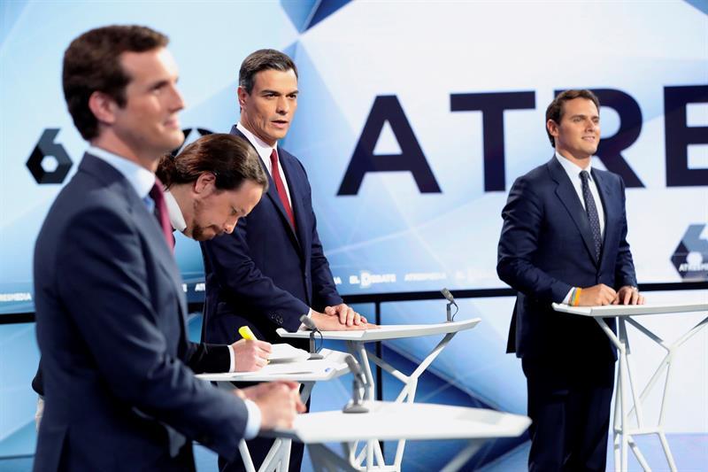 Pablo Casado (PP), Pablo Iglesias (Unidas Podemos), Pedro Sánchez (PSOE), y Albert Rivera (Cs), instantes antes del inicio del segundo debate electoral a cuatro en la sede de Atresmedia. EFE/JuanJo Martín