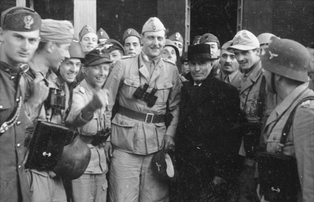 Otto Skorzeny junto a Benito Mussolini tras su rescate.