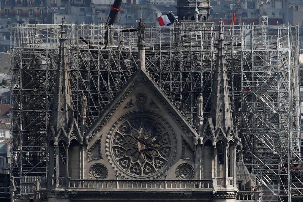 El rosetón de la Catedral de Nôtre Dame, en París, dos días después del devastador incendio que sufrió. REUTERS/Benoit Tessier