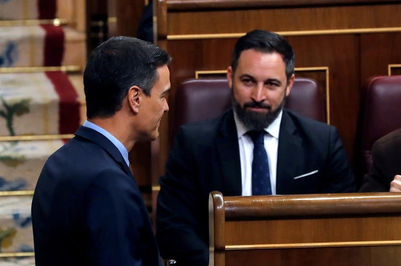 El presidente del Gobierno en funciones, Pedro Sánchez, y el líder de Vox, Santiago Abascal, antes del inicio de la sesión constitutiva de la XIII Legislatura. EFE/Ballesteros