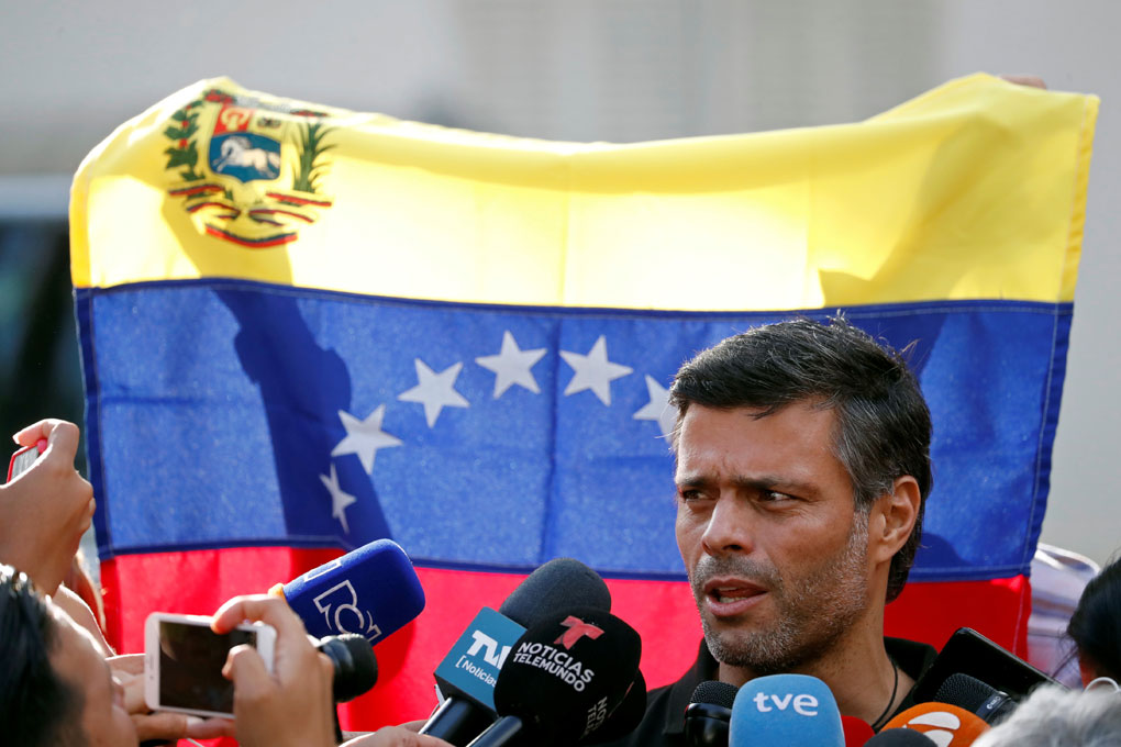 El líder opositior venezolano Leopoldo Lopez realiza unas declaraciones a los medios a las puertas de la residencia del embajador español en Caracas.. REUTERS/Carlos Garcia Rawlins